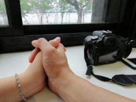 Nỗi cô đơn chìm vào sâu lắng – cái ôm từ phía sau
